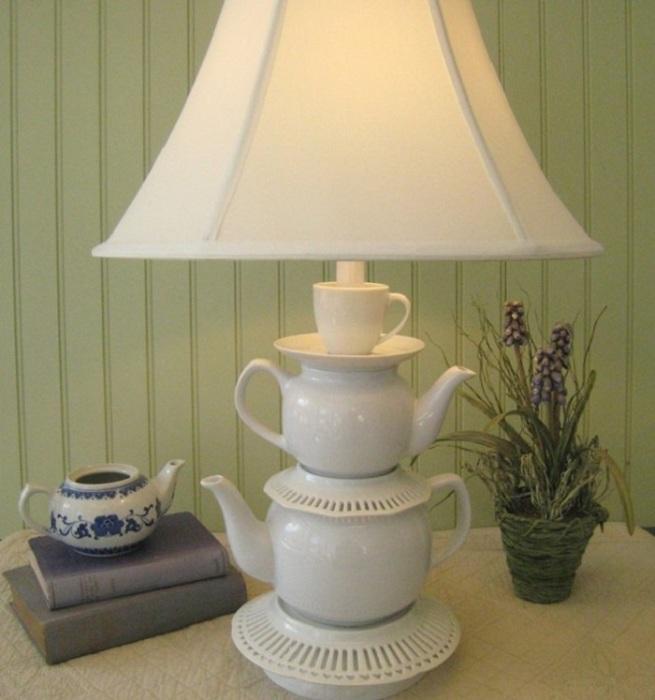 Создайте основание торшера из чайников и чашечек для чая.