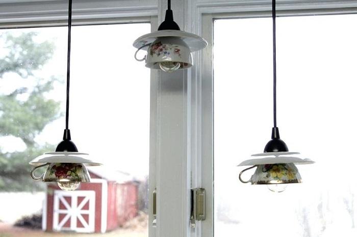 Если вам хочется удивить гостей чем-то необычным, удивите подвесными светильниками из чашек с блюдцами.
