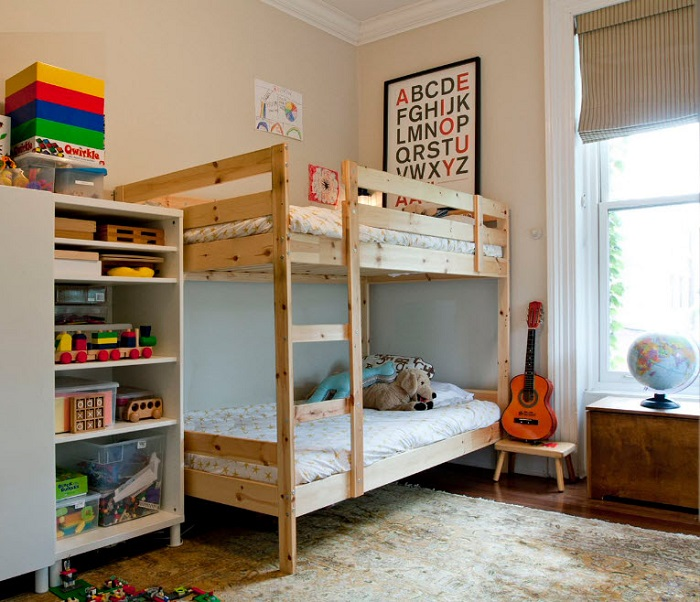 Незамысловатая и простая кровать.