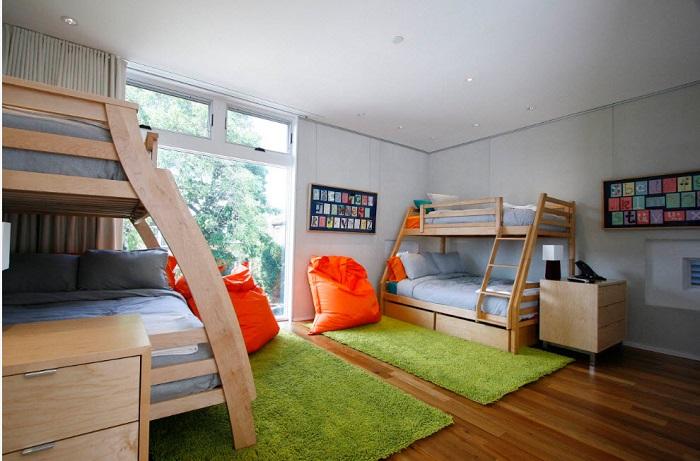 Установите в гостевой комнате двухъярусные кровати, удобно и гостей больше останется.