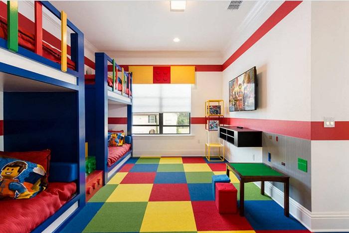 Оснащенная комната в детском стиле прекрасно будет сочетать двухъярусные кровати.