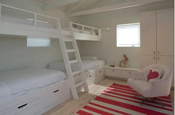 В одной белоснежной комнате поместятся 4 человека, так же на нижнем ярусе есть ящики для постельного белья, удобно и всё рядом.