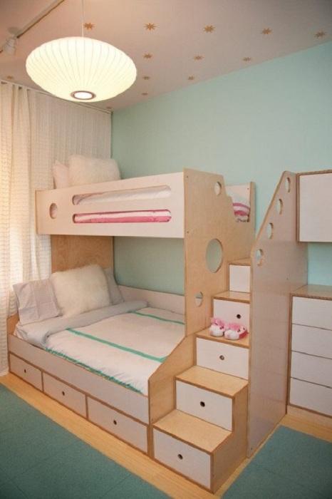 В этой кровати не только есть 2 спальных места, но и ящики для вещей и мелочей в ступеньках.