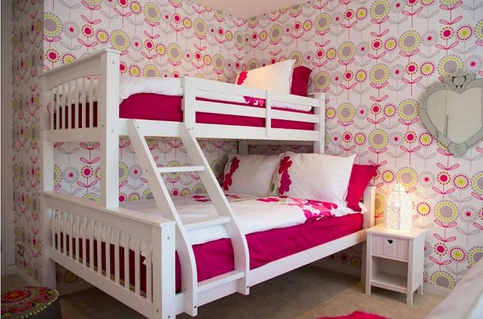 Белоснежно красивая кровать с лестницей на второй ярус.