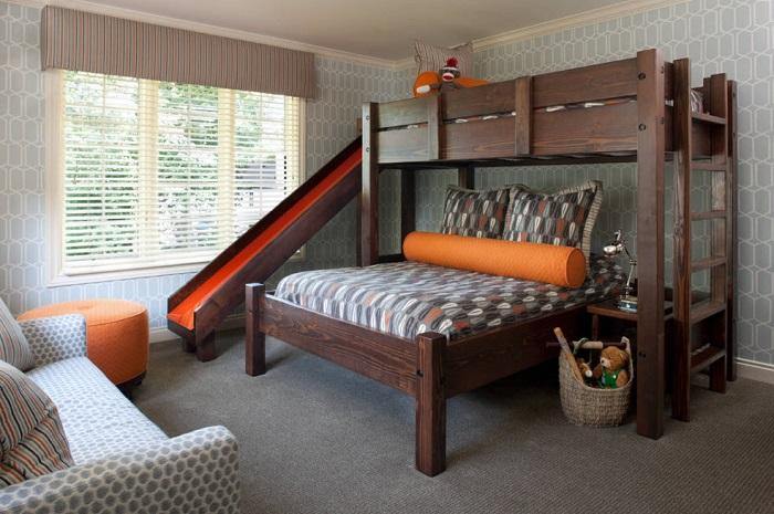 На первом ярусе спальное место для родителей, а на втором ярусе для ребенка, есть для спуска лестница и горка.