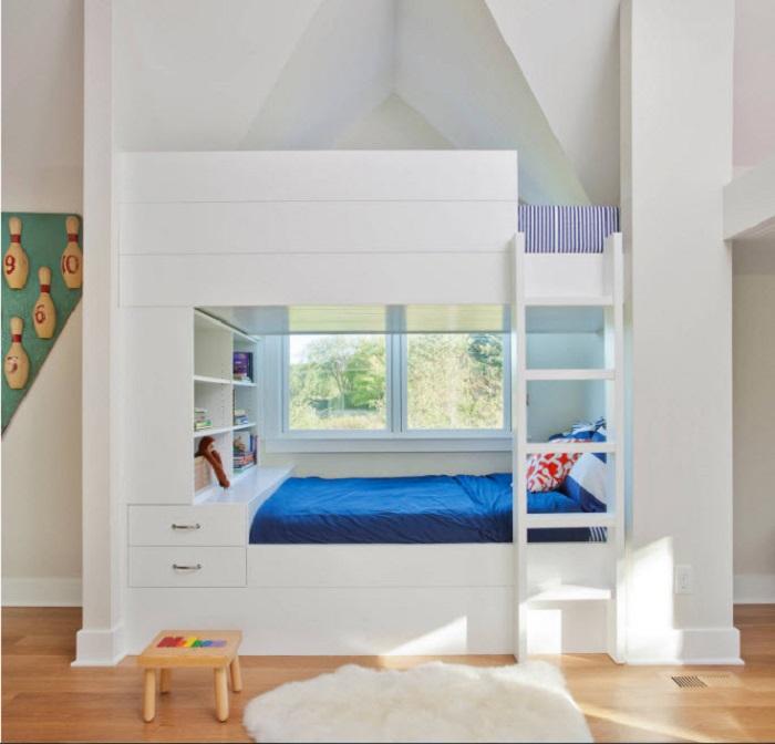 Здесь нужны высокие потолки и под крышей можно смело установить такую кровать.