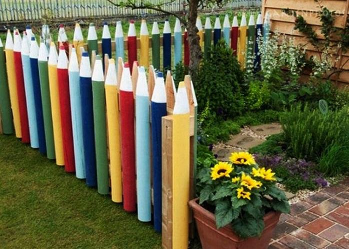 Интересная и необычная идея. Сделав из досок основы для карандашей, раскрасьте их разными цветами. Проходя мимо такого забора, нахлынут воспоминая из  детства.