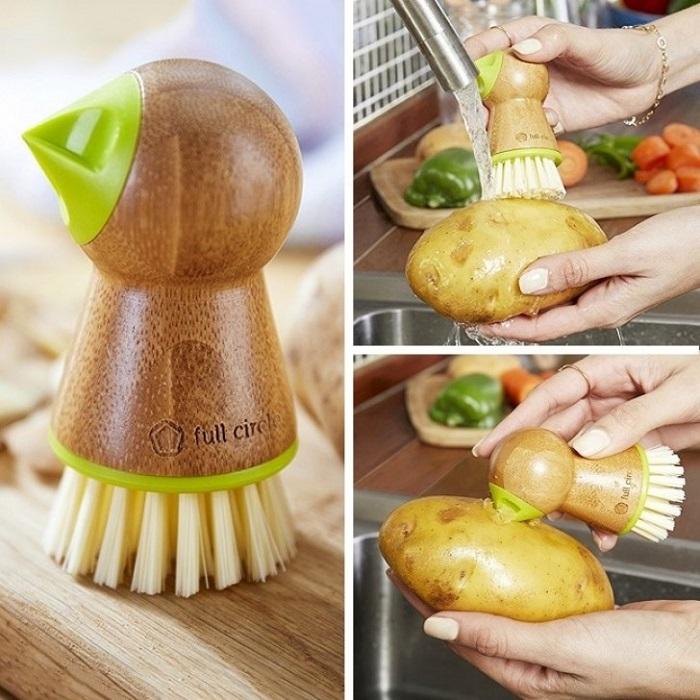 Легко справится с грязью, а так же от проростков, например картофеля.