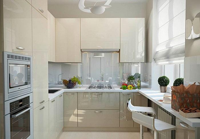 Шторы уже не модны, даже и не думайте их вешать, тканевые жалюзи, вот что будет идеально смотреться на вашей кухне.