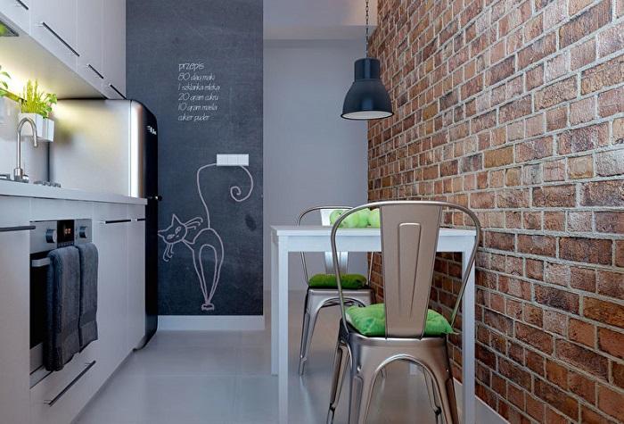 Светлая и современная кухня, «кирпичная» стена не навредит общему интерьеру.