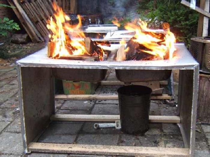 Необычная идея использовать в качестве мангала кухонную мойку. Оригинальность его зашкаливает.