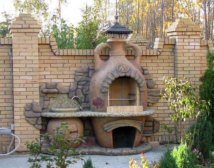 Если в вашем дворе есть лишнее местечко, тогда эта идея для вас. Интересный дизайн из кирпича в виде кувшина, прекрасно впишется в саду.