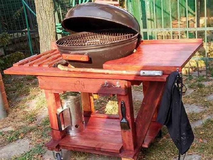 Интересная идея для нарезки овощей и мяса, есть полочка для кухонных принадлежностей, крючок для фартука и самое удобное то, что этот стол на колесиках, который можно еще и легко передвигать.
