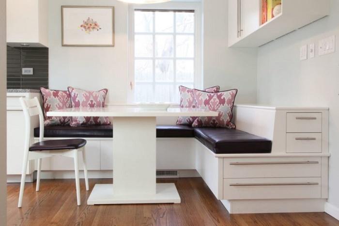 Для тех, у кого места не так много. Удобный и мягкий уголок для сидения,а так же есть шкафы для посуды .