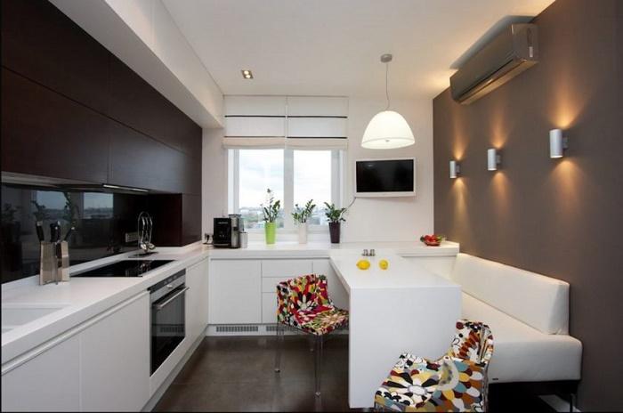 Вариант кухни в сдержанном стиле. Яркие стулья добавят позитива и немножко лета.