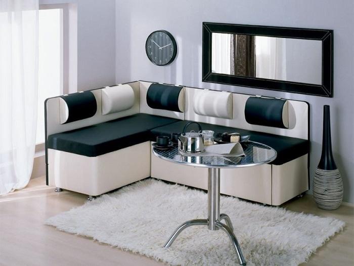Мохнатый ковер придаст более домашнего уюта, ну а диван и не обычные на нем подушки делают его стильным.
