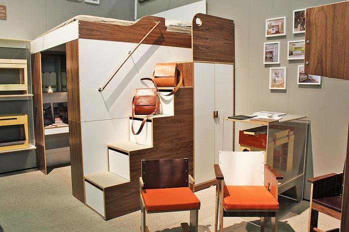 Это целое царство. Кровать на втором этаже, шкаф, ящики с полками, личный кабинет. Такая идея понравится многим.