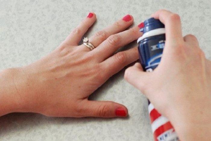 У женщин всегда бывает такой казус как попадание лака на кожу рук.