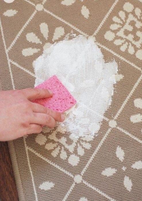 Если нет специальных средств в данный момент, пена поможет избавиться от ненужного пятна на ковре.