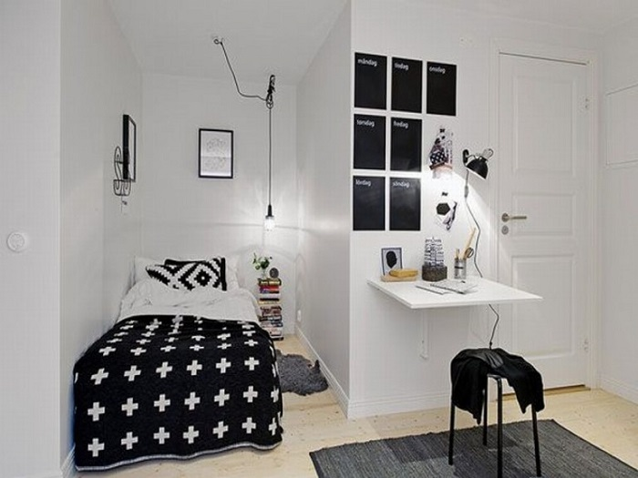 Здесь и спальное место удобно расположено и рабочее место есть.