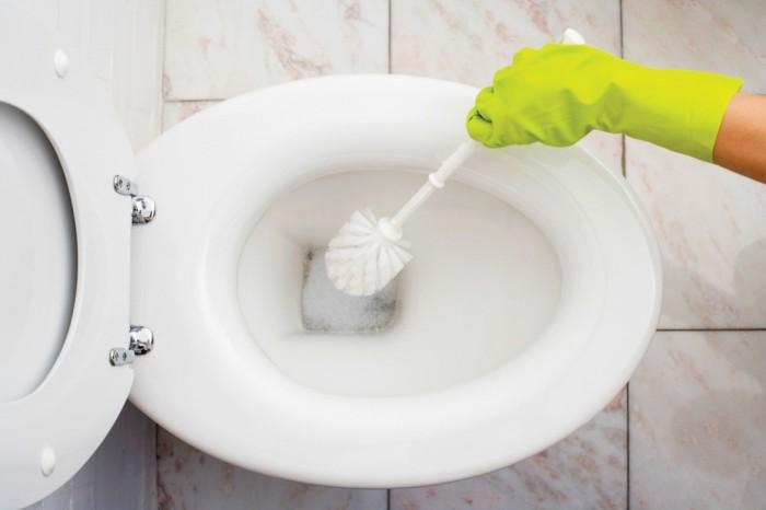 Такая обработка перекисью не только возможна для уничтожения бактерий, а так же и для отбеливания раковины. Нанесите неразбавленную перекись под ободок унитаза на 10-15 минут. Почистите и смойте.