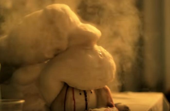 Процедуру проводите только в тазике! Чтобы увидеть и насладиться извержением пенного вулкана, смешайте таблетки гидроперита (8-10 шт.) с 50 мл теплой воды в банке, так же добавьте моющее средство (2 ст.л.) и налейте раствор марганцовки. Совет не самый полезный, но выглядит красиво.