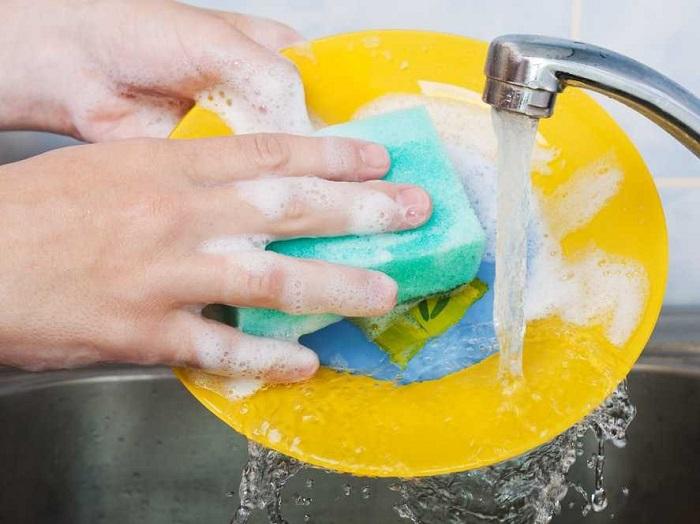 Возьмите и добавьте пол чашечки перекиси в раковину при мытье посуды вручную, и вы увидите, как ваши тарелки приобретут новый блеск и чистоту идеальную.