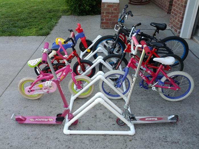 Чтоб не мешались под ногами детские велосипеды, изготовьте из пластмассовых труб парковочное место.