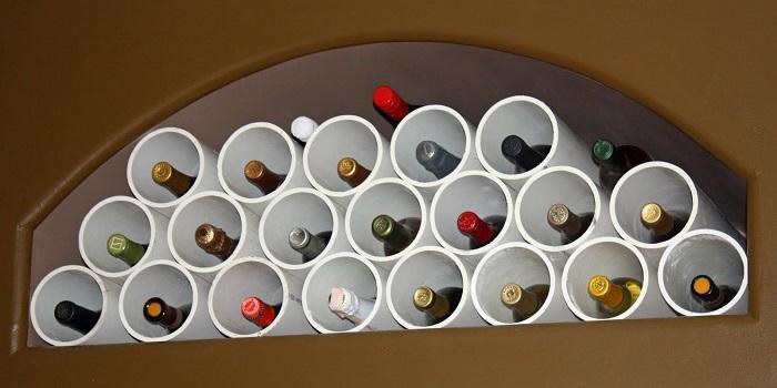 Практичный вариант, бутылки не побьются, легко их сложить и брать.