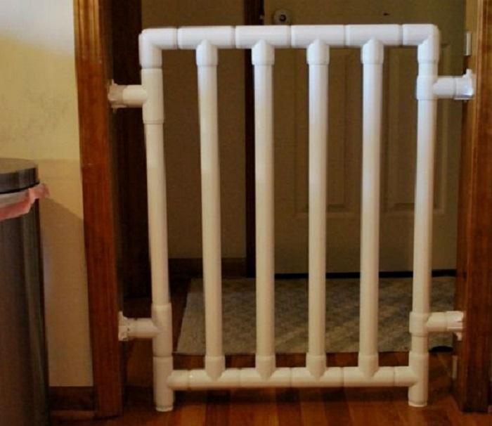 Если у вас маленький ребенок, а в комнате нет двери, установите изготовленный собственноручно заграждение для дверного проема.