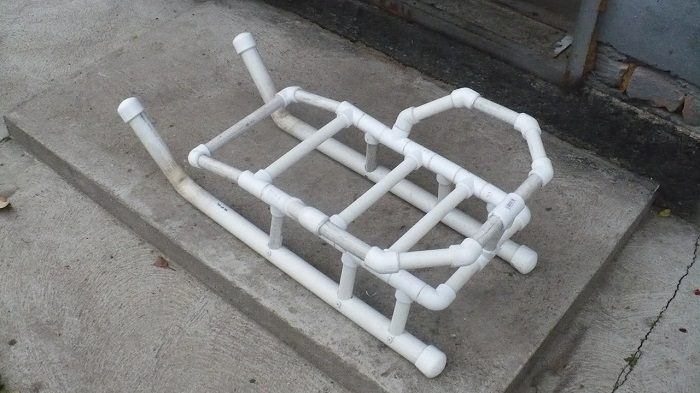 Для загородного дома должны быть отдельные санки, сделайте их своими руками.