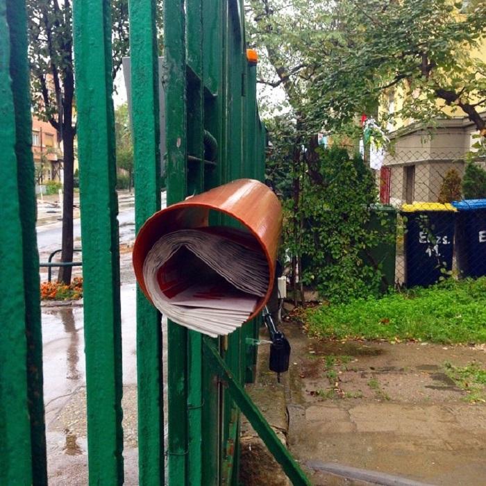 Идея для лентяев, но плюс в том что почту не намочит при дождливой погоде и доставать не тяжело.