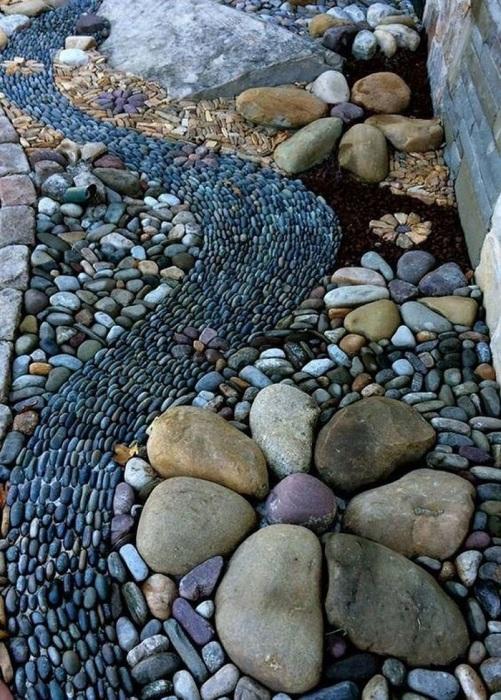Смотрится необычно как с использованием в декоре самых маленьких, так и больших камней. Главное уложить все красиво.