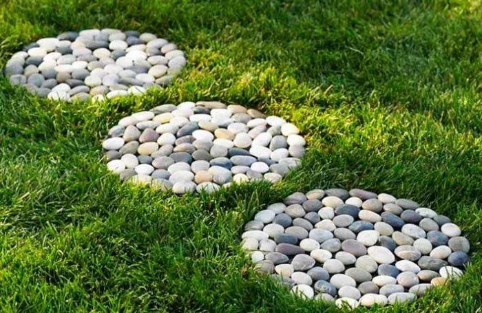 Если у вас есть газон, и вы его не хотите испортить, тогда такая идея дорожки из гальки будет в самый раз.