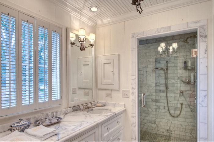 Мраморная ванная выглядит потрясающе.