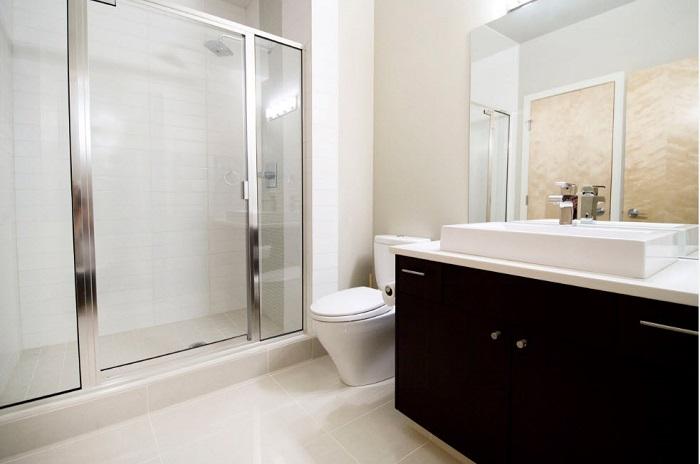 Необязательно все делать в одном тоне, в белоснежной ванной замечательно будет смотреться темный комод.