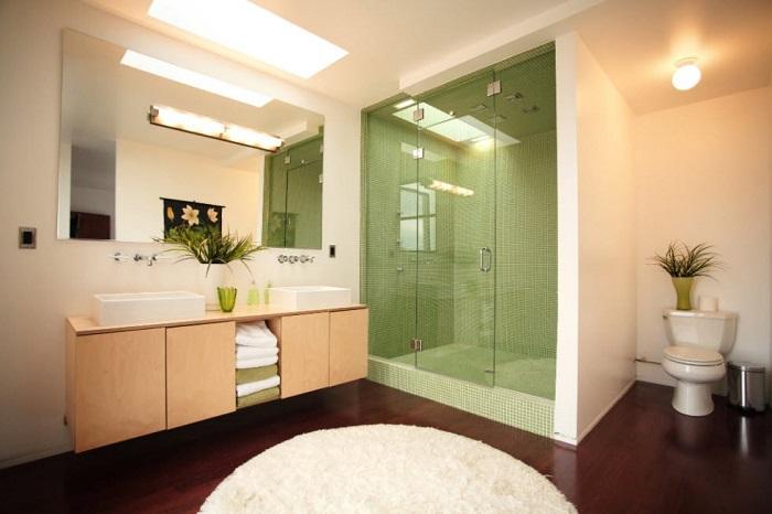 Разнообразьте свою ванную зелеными оттенками. Прекрасно подойдет мозаика, полотенца, цветы для декора.