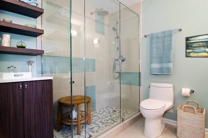 Ошибочное мнение, что ванная комната должна быть одного цвета. Посмотрите, как замечательно смотрится эта комната, где сочетаются светлые и темные тона.