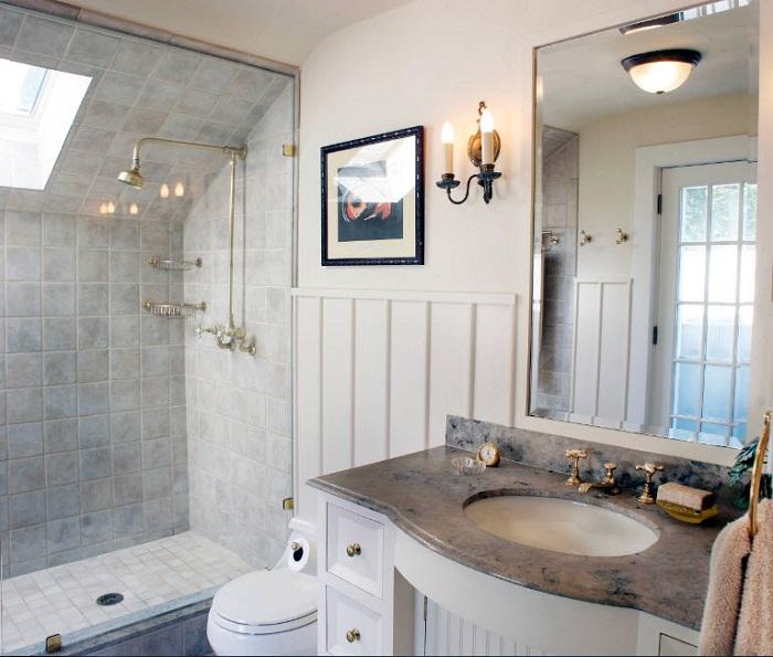 Если вы решите создать ванную в светлых тонах, добавьте немного серого мрамора. Выглядит выигрышно.