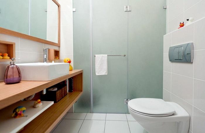 Даже если у вас узкая комната, не расстраивайтесь, этот вариант именно для такого случая.