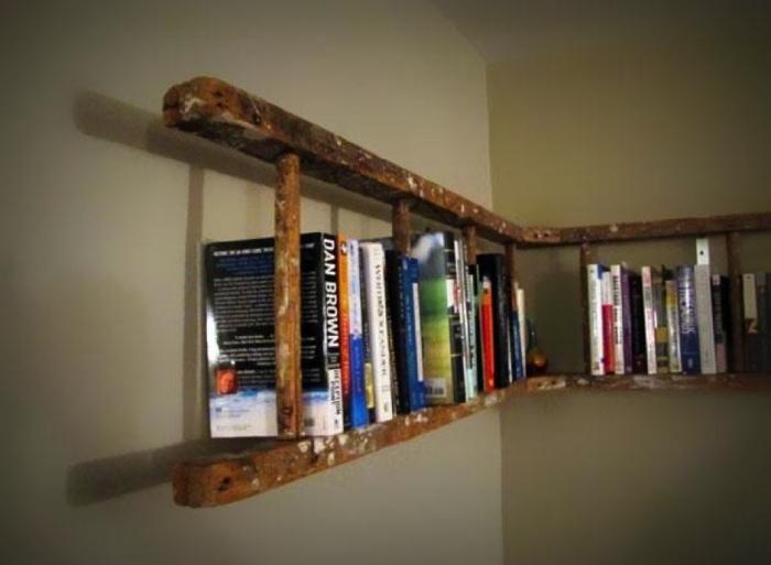Не спешите избавиться от старой лестницы. Она понадобится для полки с книгами.