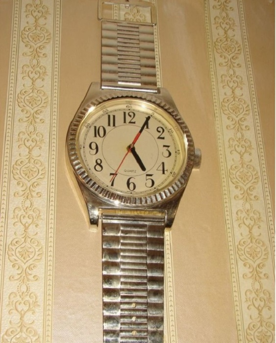 Наручные часы которые весели на стенах.