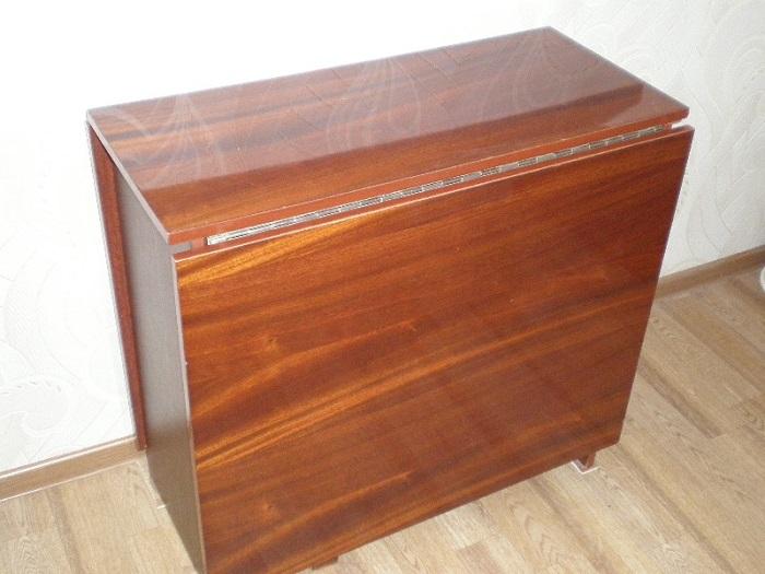 Такой стол был практически у всех, и по сей день у наших бабушек и дедушек они остались в отличном состоянии.