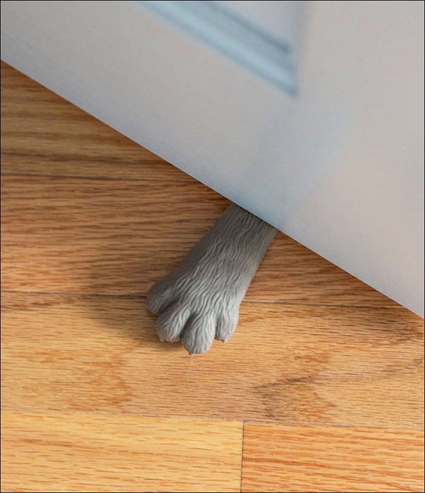 Интересная идея в виде лапки кошки, которая будет придерживать дверь.