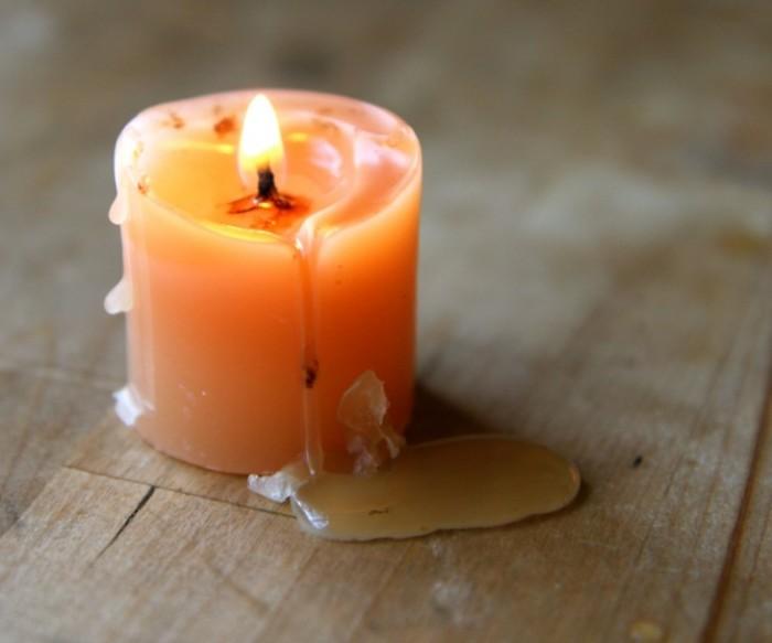 Романтический вечер, вино и свечи могут оставить свой след. Ни в коем случае! Направьте теплый воздух из фена на пятно после свечи, далее избавьтесь от остатков бумажной салфеткой.