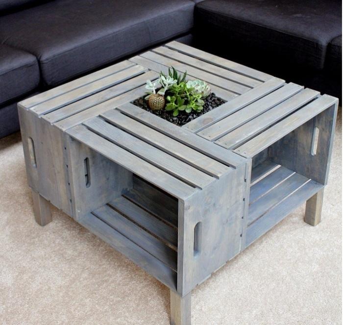 Из старых ящиков получится классный и необычный столик, который в интерьере будет выглядеть в самый раз.