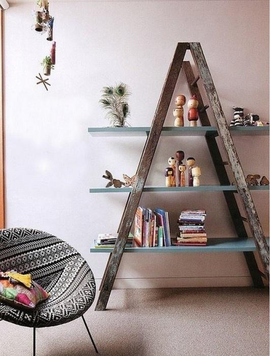Здесь совсем все просто, старая лестница будет хорошим основанием для будущих полочек.
