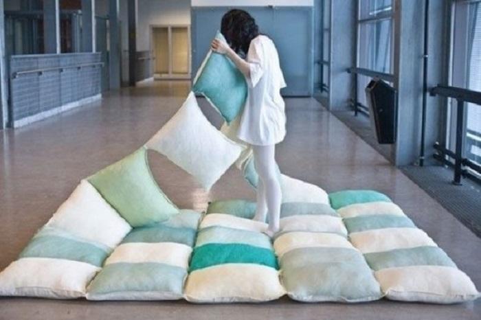 Это одеяло отлично подойдет для пикника. Потребуется сшить подушки между собой и готово.