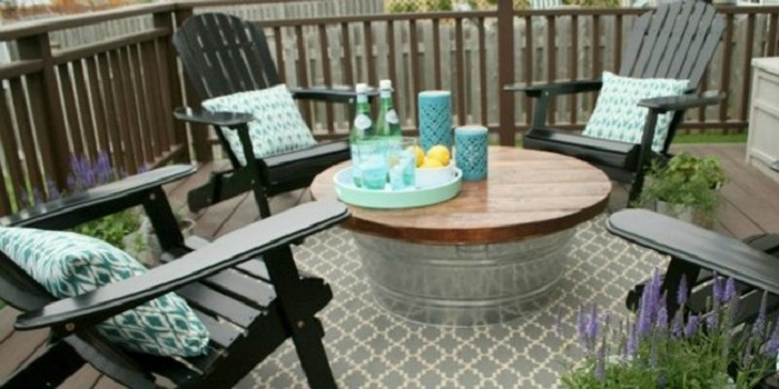 Ненужный или испортившийся алюминиевый таз всегда найдется на даче, он послужит хорошей опорой для стола.