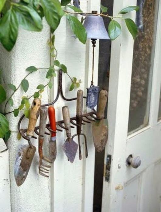 Не спешите выкидывать старые грабли, они вам отлично пригодятся для ежедневного использования не по их предназначению.